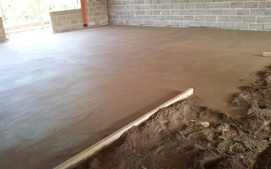 Flat screed floor